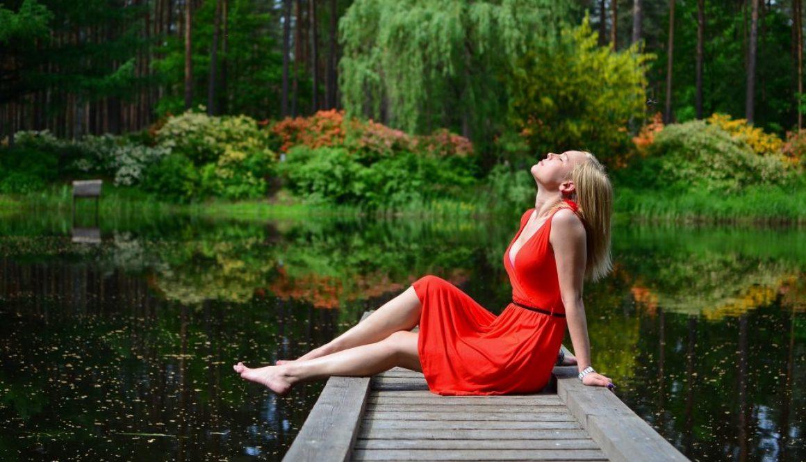 Frau auf Steg am See
