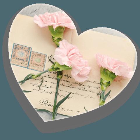 Brief mit Blumen in Herzform